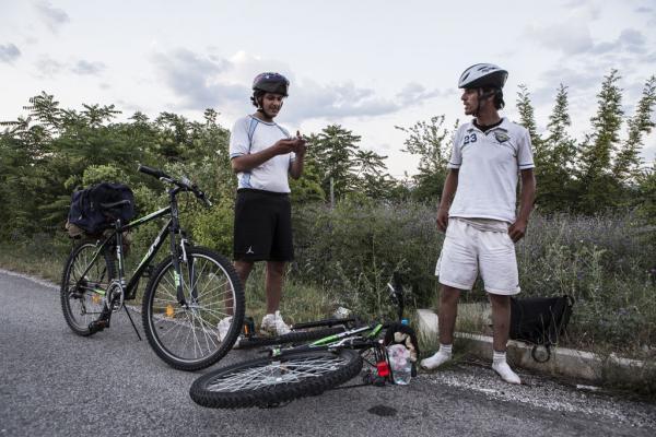 Des Syriens à vélo sur les routes macédoniennes, une manière plus sûre de traverser les frontières. Photo: Alberto Campi
