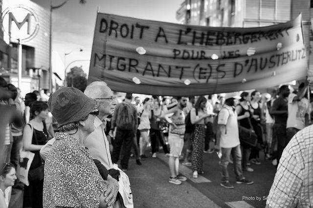 Manifestation de soutiens aux migrants réfugiés à Paris sur le quai d'Austerlitz. Photo:  Serge klk / flickr