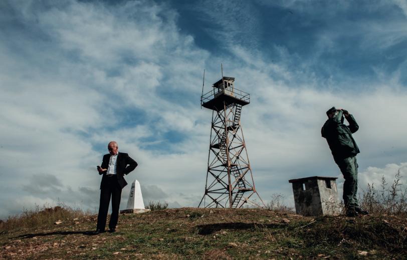 « Stoyan Stoyanov, chef de la police des frontières pour le sud de la Bulgarie, sur une colline près de Lesovo à la frontière turco bulgare ». Photo : Alberto Campi / We report, 2014